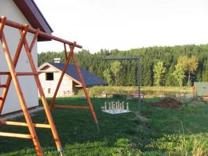Dětská houpačka, ruské kuželky a posezení u ohniště